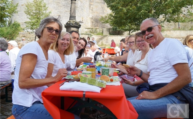 250 Bürger frühstücken am Fuße der Burg